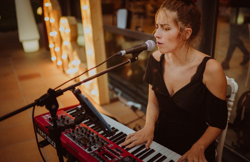 Andrea, pianista cantante